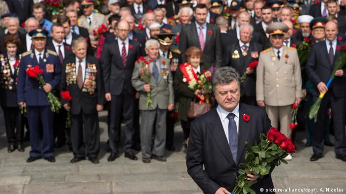 Петро Порошенко (на передньому плані) поклав квіти до могили Невідомого солдата у Києві