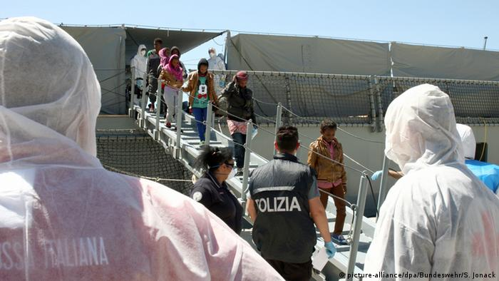 Mittelmeer Soldaten der Fregatte Hessen retten Flüchtlinge