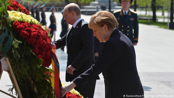 Angela Merkel şi Vladimir Putin la Mormântul Soldatului Necunoscut (Moscova, 10 mai 2015)