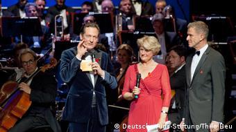 Eckart von Hirschhausen with Monika Grütters and Helmut Andreas Hartwig. Photo: Thilo Beu