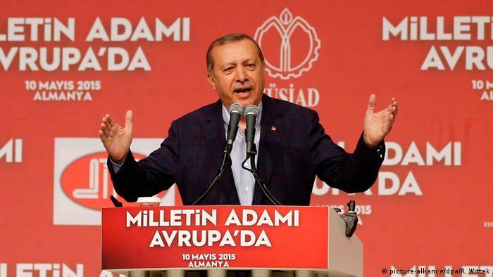 Recep Erdogan spricht am Rednerpult (Foto: dpa - Bildfunk)