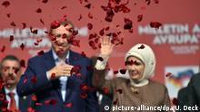 10.05.2015 *** Der türkische Staatspräsident Recep Tayyip Erdogan verabschiedet sich am 10.05.2015 mit seiner Ehefrau Emine in einer Messehalle in Karlsruhe (Baden-Württemberg), nach einer Rede, vom seinen Anhängern. Im Vordergrund sind Rosenblätter zu sehen. Zu der erst Anfang der Woche angemeldeten Veranstaltung n der Messehalle in Rheinstetten werden zwischen 10 000 und 14 000 Auslandstürken vor allem aus Süddeutschland erwartet. Foto: Uli Deck/dpa +++(c) dpa - Bildfunk+++