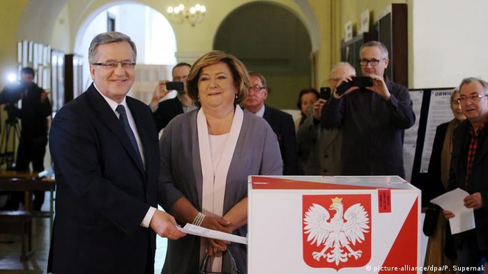 Действующий президент Польши Бронислав Коморовский с женой во время голосования на выборах президента