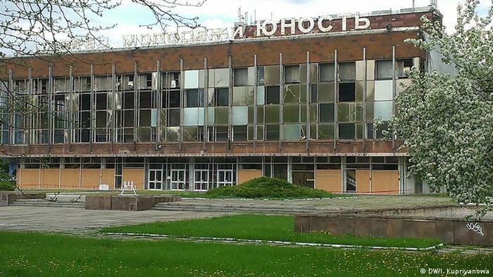 Здание Дворца молодежи в Донецке с выбитыми стеклами