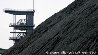 Гора каменного угля и шахтный эксплуатационный копёр