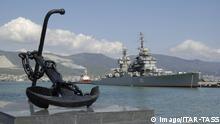 ARCHIV 2007 *** Bildnummer: 54177960 Datum: 15.05.2007 Copyright: imago/ITAR-TASS NOVOROSSIYSK, RUSSIA. Mikhail Kutuzov cruiser at the quay of the marine terminal at the Black Sea port of Novorossiysk. Pictured in the foreground is an anchor. PUBLICATIONxINxGERxAUTxONLY Gesellschaft 5 kbdig xmk 2007 quer o0 Hafen, Schwarzes Meer, Schiff, Kriegsschiff, Anker, Denkmal, Objekte