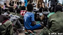 Stichwort: Kindersoldaten im Süd-Sudan Copyright: Andreas Stahl, DW freier Mitarbeiter, Sudan March 2015 Following a ceremonial handing in of their guns they walk to a dusty field encircled by tents, runned by UNICEF and Save the Children, where they receive food and drinks.