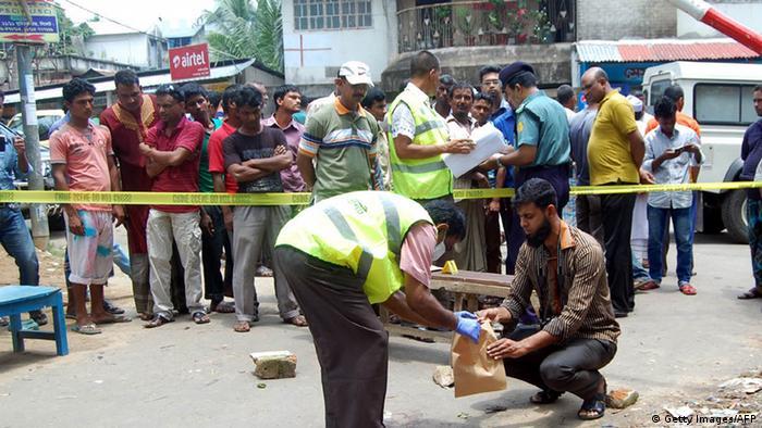 Polizei untersucht die Stelle, an der der Blogger Ananta Bijoy Das ermordert wurde (Foto: AFP/Getty Images)