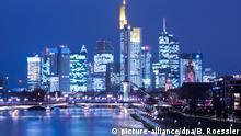 Im letzten Licht des Tages spiegeln sich die Lichter der Frankfurter Bankenskyline am 12.01.2015 im Wasser des Main. Die Skyline gehört zu den am häufigsten fotografierten Motiven Hessens. Foto: Boris Roessler/dpa +++(c) dpa - Bildfunk+++