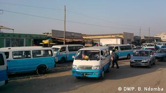 Angola Konflikt um die Fahrpreise für die Taxis (DW/P. B. Ndomba)