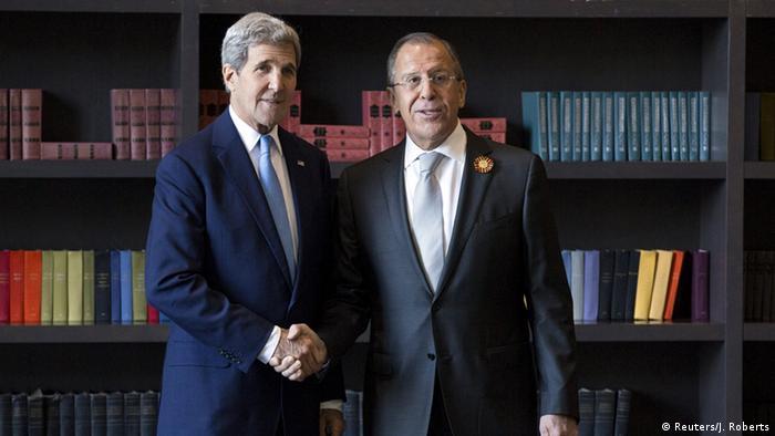 El jefe de la diplomacia estadounidense se entrevistó primero con su homólogo ruso, Serguéi Lavrov (izq.).