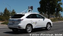 ARCHIV - Ein selbstfahrendes Auto mit Technik von Google ist am 27. Juni 2014 in Mountain View (USA, Kalifornien) unterwegs. Foto: Andrej Sokolow/dpa (zu dpa-Korr-Bericht Regeln für Roboterautos - Gesetze für autonomes Fahren fehlen vom 10.11.2014) +++(c) dpa - Bildfunk+++