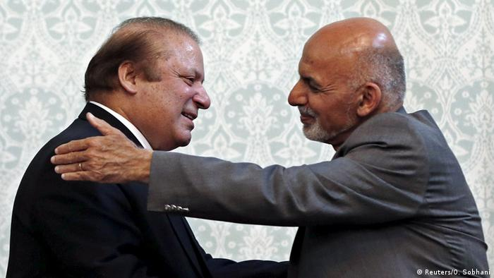 Afghan President Ashraf Ghani (R) shakes hands with Pakistani Prime Minister Nawaz Sharif after a news conference in Kabul, May 12, 2015 (Photo: REUTERS/Omar Sobhani)