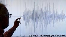 Winfried Hanka, der Leiter des Geofon-Programms des Deutschen Geoforschungszentrum (GFZ) zeigt am Mittwoch (11.04.2012) in Potsdam auf ein Seismogramm des Erdbebens vor Indonesien. Sumatra in Indonesien ist am Mittwoch von einem schweren Erdbeben und einem heftigen Nachbeben erschüttert worden. Die Erdstöße hatten nach Angaben der indonesischen Erdbebenwarte Stärken von 8,5 und 8,1. Die Behörden gab eine Tsunamiwarnung für Sumatra aus. Das Tsunamiwarnzentrum rief alle Länder um den Indischen Ozean zu erhöhter Wachsamkeit auf. Foto: Maurizio Gambarini dpa/lbn +++(c) dpa - Bildfunk+++