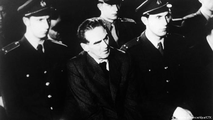 Rudolf Slansky (Mi.)während des Schauprozesses 1952