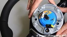 ARCHIV 2014 *** - Ein Zünder für Airbags wird am 17.04.2014 in der Takata Ignition Systems GmbH in Schönebeck (Sachsen-Anhalt) in ein Auto-Lenkrad eingesetzt. Foto: Jens Wolf/dpa (zu dpa-Korr-Bericht Airbag-Desaster: Autozulieferer Takata gerät weiter unter Druck vom 29.10.2014) +++(c) dpa - Bildfunk+++