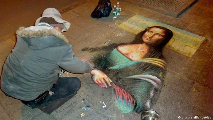 Ein Straßenmaler malt die Mona Lisa nach
