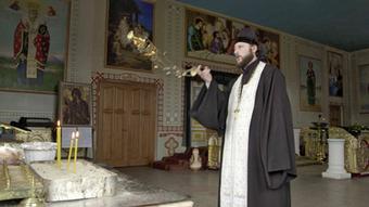 13.05.2015 DW Doku Zwischen Krieg und Frieden Oberpriester Wassili weiht
