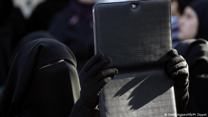 Symbolbild Islamischer Staat und Social Media (Getty Images/Afp/M. Zayyat)