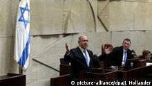 14.5.2015 *** epa04748693 Israeli Prime minister Benjamin Netanyahu (L) speaks in the Knesset (Parliament) in Jerusalem, Israel, 14 May 2015 before his new government is sworn in, following the mid-March general elections. It is Netanyau's fourth time serving as Prime Minister of Israel. EPA/JIM HOLLANDER / POOL EPA/JIM HOLLANDER / POOL EPA POOL +++(c) dpa - Bildfunk+++
