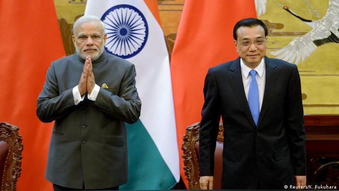 Indian Prime Minister Narendra Modi (L) and Chinese Premier Li Keqiang attend a signing ceremony at the Great Hall of the People in Beijing, China, May 15, 2015 (Photo: REUTERS/Kenzaburo Fukuhara/Pool)