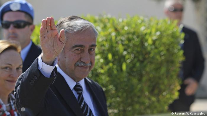 Turkish Cypriot leader Mustafa Akinci waves to journalists at United Nations offices in the buffer zone of Nicosia airport, May 15, 2015 (Photo: REUTERS/Yiannis Kourtoglou)
