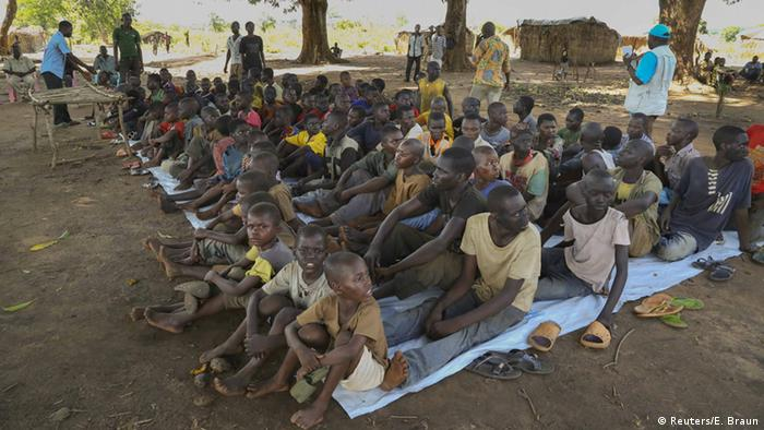 A group of boys sits on a blanket on the ground. In the CAR, 350 child soldiers were freed, according to UN reports.(Foto: Reuters)