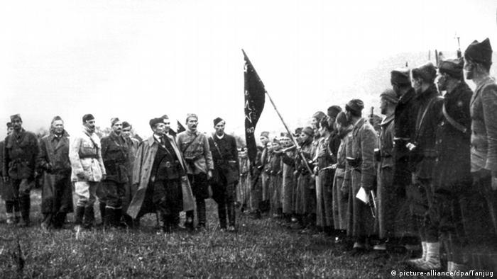 Postrojavanje Prve proleterske brigade 7. studenog 1942. u Bosanskom Petrovcu