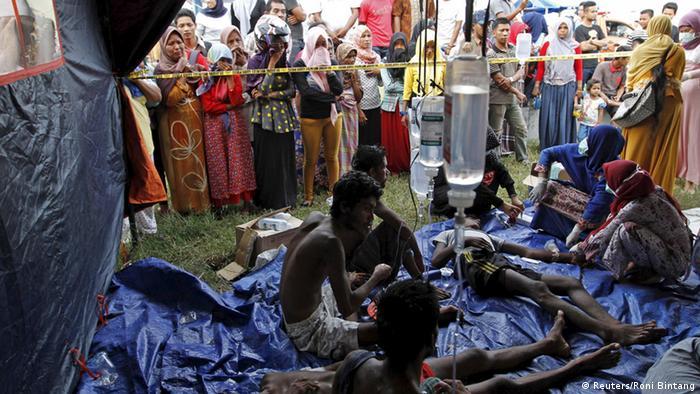 Bootsflüchtlinge erhalten erste medizinische Hilfe in Kuala Langsa in Indonesien (Foto: Reuters)