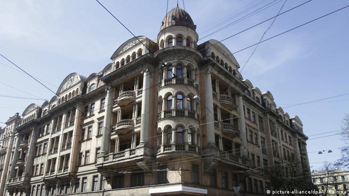 Після того, як Радянський Союз влітку 1940 року окупував Латвію, Кутовий будинок став штаб-квартирою КДБ