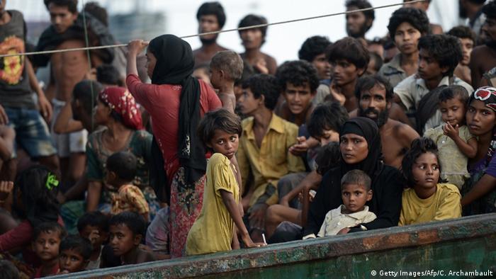 Bildergalerie - Thailand schleppt Flüchtlingsschiff auf das offene Meer zurück (Getty Images/Afp/C. Archambault)