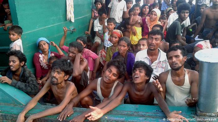 Bildergalerie - Thailand schleppt Flüchtlingsschiff auf das offene Meer zurück