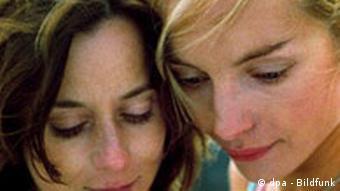 Zwei Frauen mit dem Kopf aneinander (die Schauspieler Inka Friedrich und Nadja Uhl) (dpa)