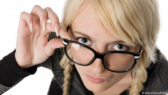 blonde Frau mit lustigen Brille (www.shalimoff.com)
