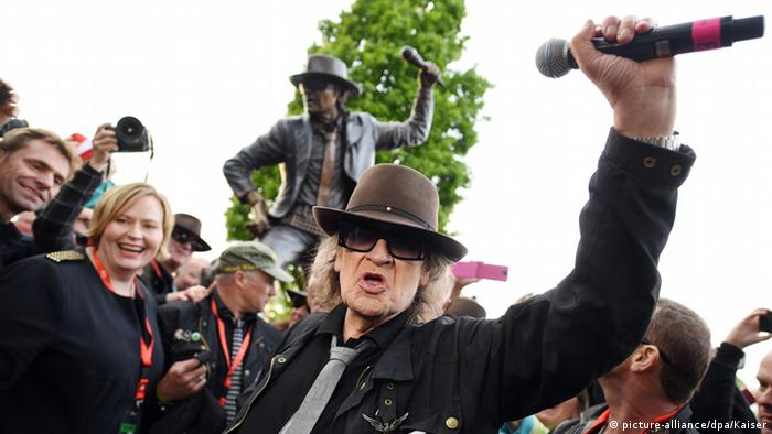 Udo Lindenberg in front of his monument in Gronau. Coypright: dpa