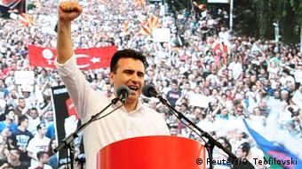 Massendemonstration der Opposition zum Sturz der Regierung in Mazedonien: Zoran Zaev am Rednerpult mit erhobener Faust (Foto: Reuter/O. Teofilovski)