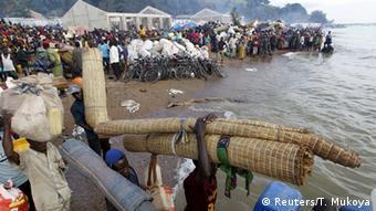 Wakimbizi wa Burundi wakiwa wamebeba virago vyao kuabiri boti katika ziwa Tanganyika eneo la Kigoma
