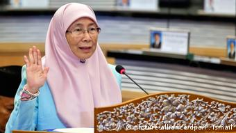 The wife of jailed Malaysian opposition leader Anwar Ibrahim, Wan Azizah is officially sworn in as a member of parliament in the Dewan Rakyat, the Parliament of Malaysia in Kuala Lumpur, Malaysia, 18 May 2015 (Photo: EPA/FAZRY ISMAIL +++(c) dpa - Bildfunk+++)