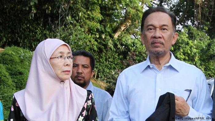 Malaysia opposition leader Anwar Ibrahim (R) and his wife Wan Azizah Wan Ismail (L) leave their residence in Kuala Lumpur on January 9, 2012 on the day of the verdict of his trial after being charged in 2008 with sodomising a young male former aide (Photo: KAMARUL AKHIR/AFP/Getty Images)