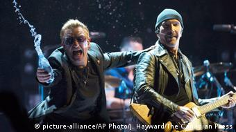 U2 and Bono on stage, Copyright: picture-alliance/AP Photo/J. Hayward/The Canadian Press