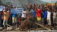 18.05.2015 *** Bildunterschrift:Protestors raise their hands behind a barricade during a demonstration in the Musaga neighborhood of Bujumbura on May 18, 2015. Protesters opposed to Burundi President Pierre Nkurunziza launched fresh demonstrations, resuming weeks of street marches after a failed coup despite warnings from the government. Opposition and rights groups insist that Nkurunziza's bid for a third five-year term is against the constitution and the terms of the peace deal that brought an end to the country's civil war in 2006. AFP PHOTO / CARL DE SOUZA (Photo credit should read CARL DE SOUZA/AFP/Getty Images)
