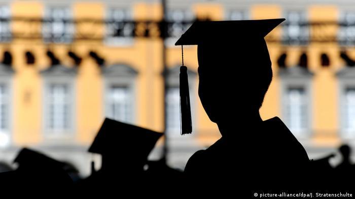 Die Umrisse von Doktorhüten vor der Bonner Universität