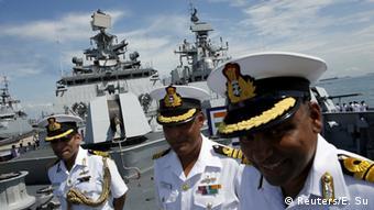 Indische Marineoffiziere auf Fregatte in Singapur