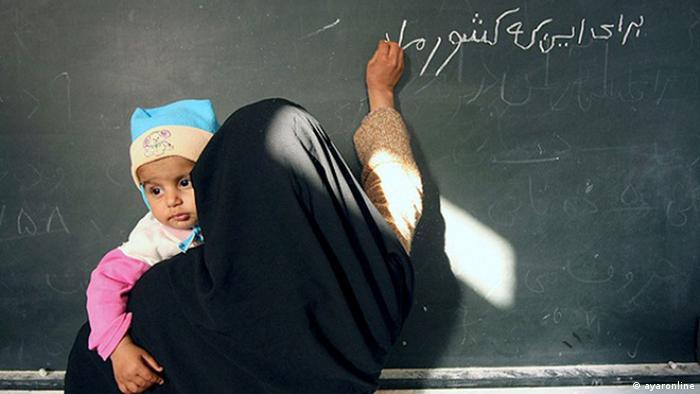 Iran Frau mit ihrem Kind im Unterricht für erwachsene Analphabeten