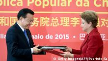 May 19, 2015 Bildunterschrift:China's Prime Minister Li Keqiang (L) and Brazilian President Dilma Rousseff exchange documents after signing agreements at the Planalto Palace in Brasilia on May 19, 2015. Li Keqiang and Rousseff inked a series of trade and investment deals Tuesday worth billions of dollars, officials said. The Chinese Prime Minister is on a three-day official visit to Brazil, where he began a Latin America tour including Colombia, Peru and Chile. AFP PHOTO/EVARISTO SA (Photo credit should read EVARISTO SA/AFP/Getty Images)