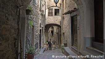 Italien Ligurien Verwinkelte Gasse in Dolceaqua