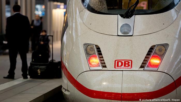Eine Lok steht auf einem Bahngleise (picture-alliance/dpa/S. Hoppe)