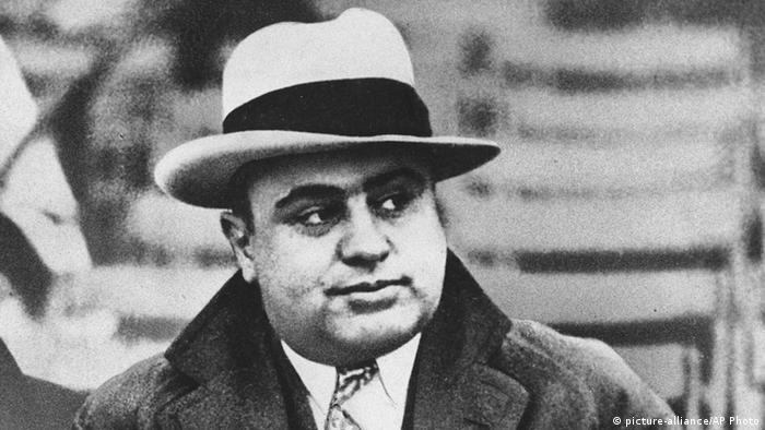 USA Al Capone bei einem American Football Spiel