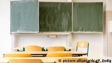 ARCHIV - Ein leeres Klassenzimmer einer Schule, aufgenommen am 10.03.2015 in Leipzig (Sachsen). Foto: Peter Endig/dpa (zu dpa GEW droht mit Lehrer-Streiks: «Wir fühlen uns im Stich gelassen» vom 30.03.2015) +++(c) dpa - Bildfunk+++