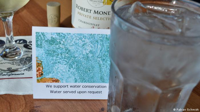 A restaurant in Pacifica/ California asks customers to request tap-water rather than expect it to be served (Photo: Fabian Schmidt)